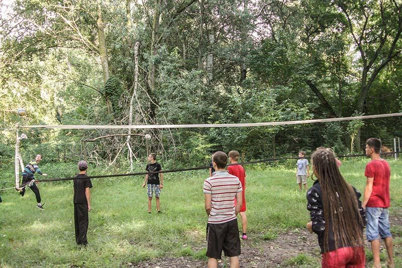 подростковый экстремальный дети играют в волейбол фото kinder-camp.com.ua